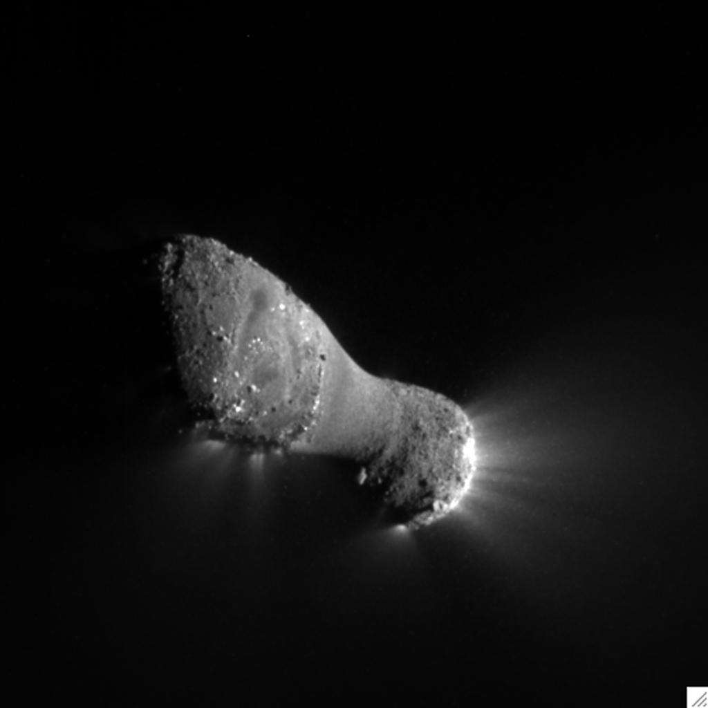 Comet Hartley 2 can be seen in glorious detail in this image from NASA's EPOXI mission. It was taken as the spacecraft flew by around 6:59 a.m. PDT (9:59 a.m. EDT), from a distance of about 700 kilometers (435 miles).