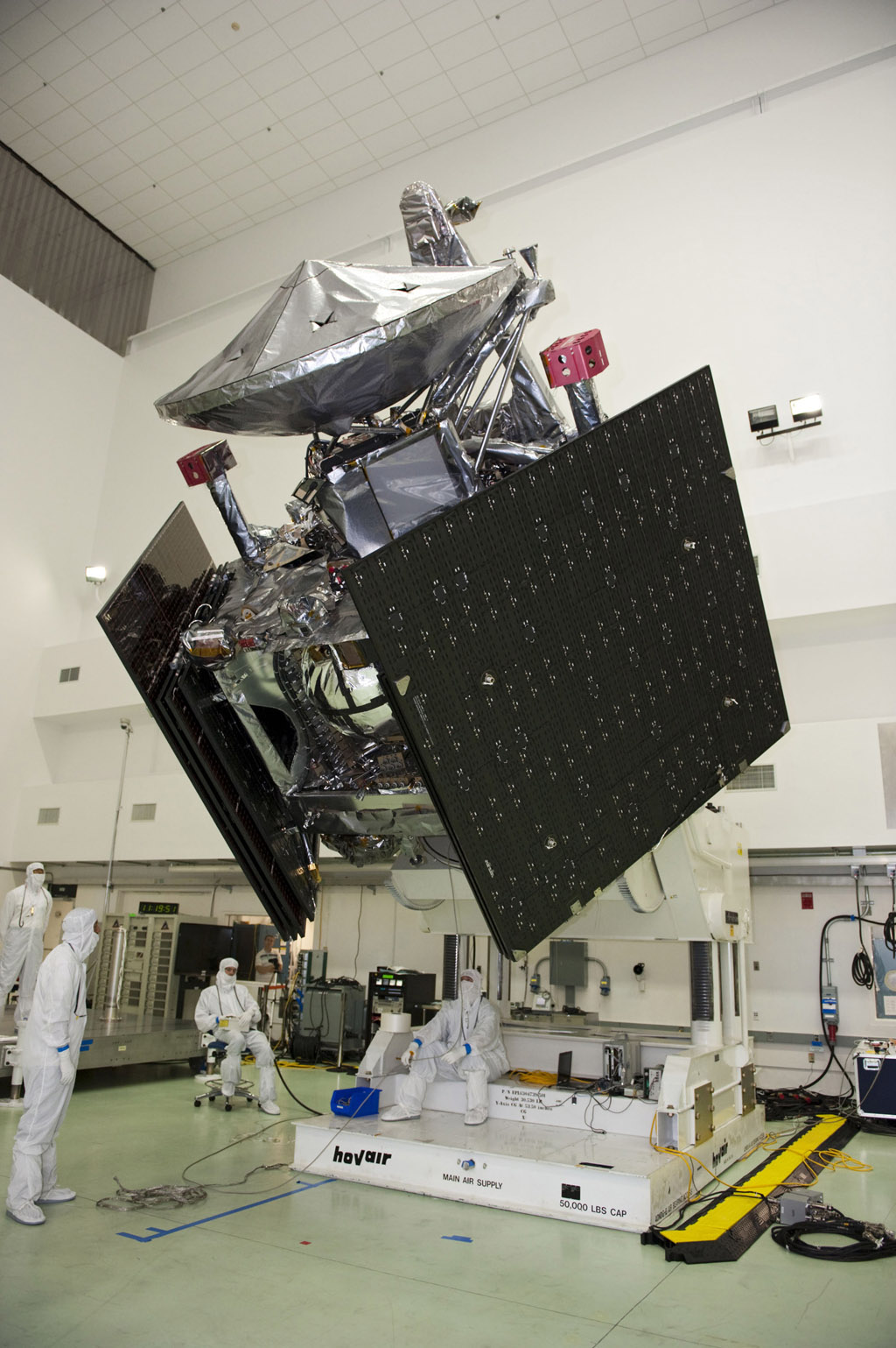 NASA's Juno spacecraft undergoes weight and balance testing at Astrotech payload processing facility, Titusville, Fla. June 16, 2011.