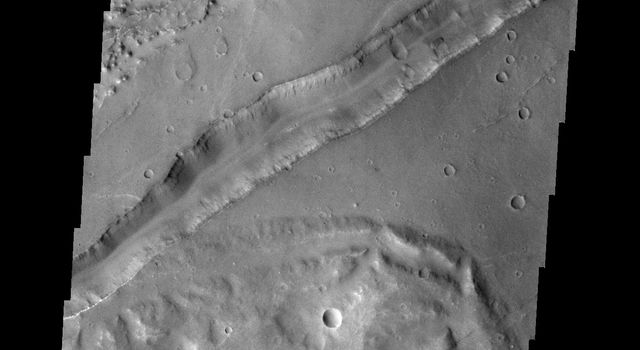 The large fracture in this image captured by NASA's 2001 Mars Odyssey spacecraft is located on the margin of Aurorae Chaos.