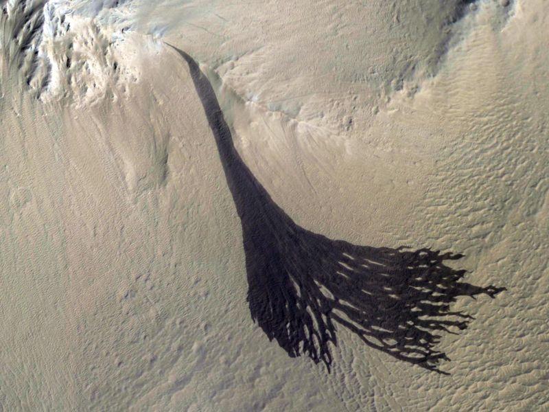 Nasa Mars: Splitting Slope Streaks  PIA22240-800x600