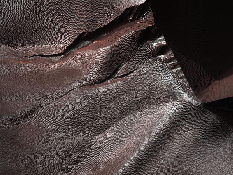 Gullies of Matara Crater  PIA22349-800x600