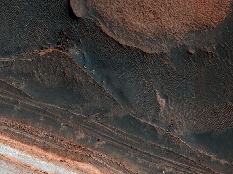 Mars: Ice Block Avalanche  PIA22535-800x600