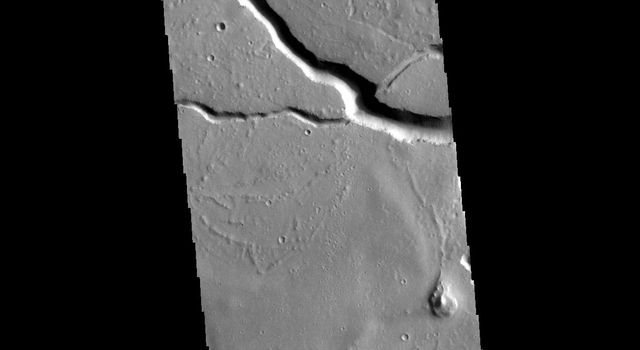 This image from NASAs Mars Odyssey shows the central portion of Hephaestus Fossae.